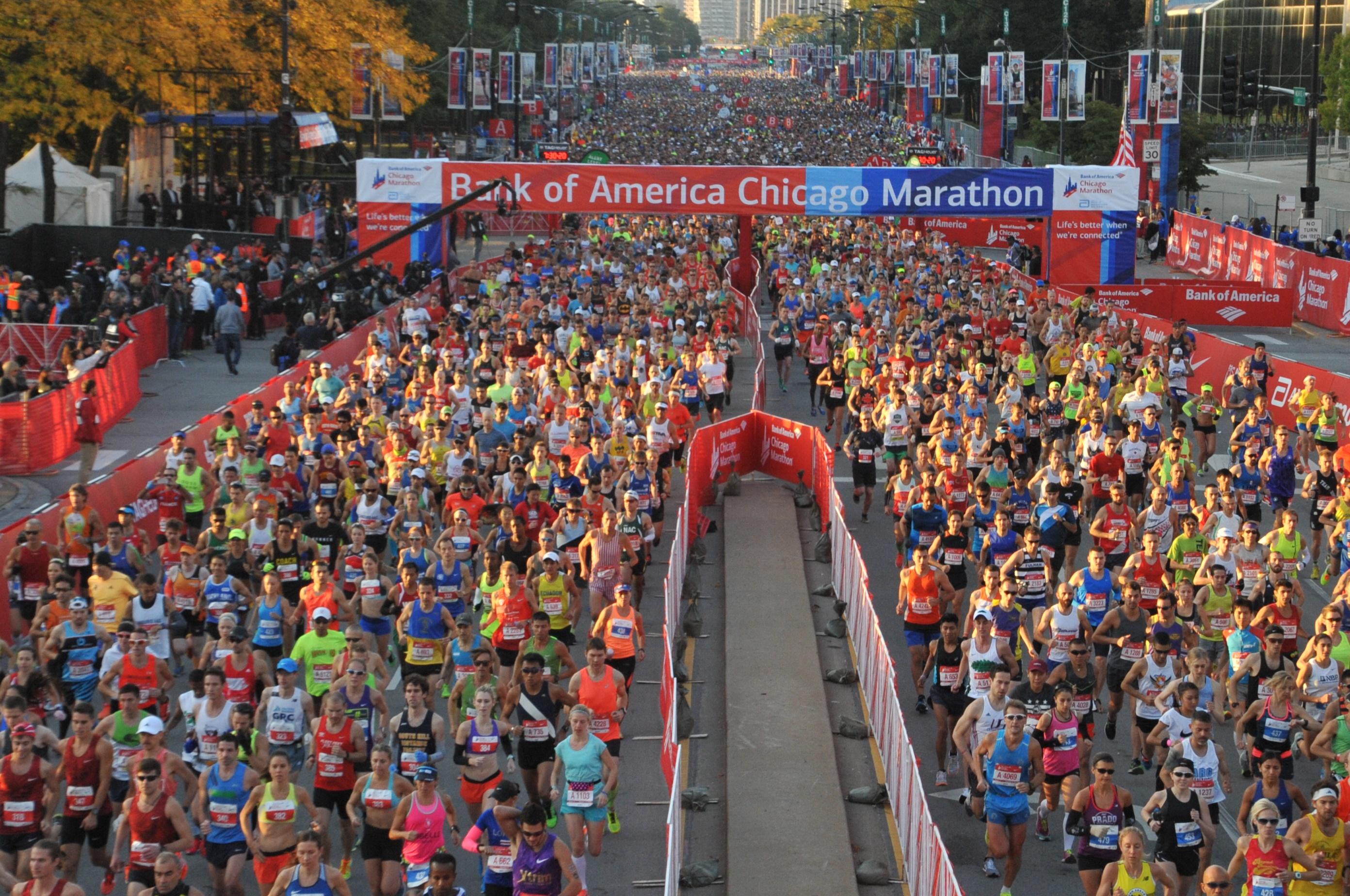 oficiálna fotka po štarte jednej vlny dobre dokumentuje veľkosť maratónu v Chicagu