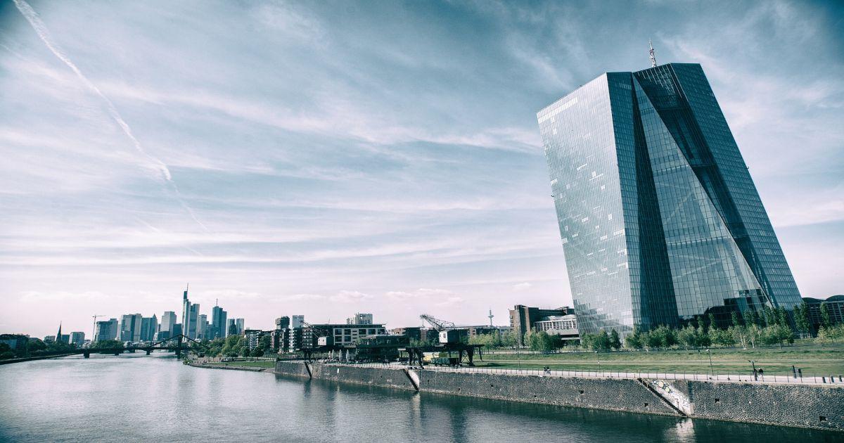 ECB bude ďalej podporovať lacné úverovanie