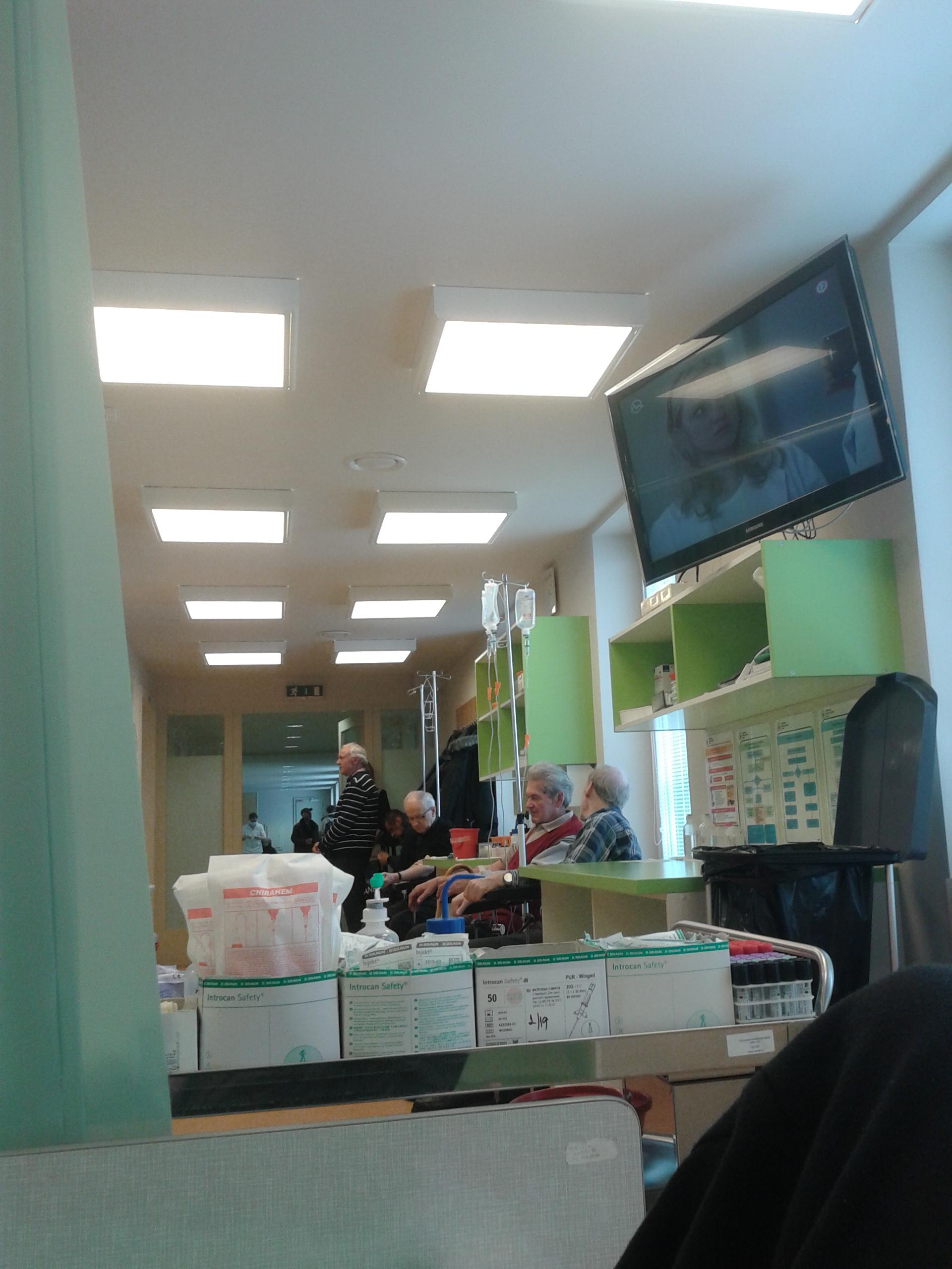 sediaci pacienti, fotené už z postele